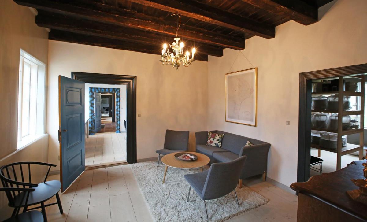 Lille stue med sofa og tæppe