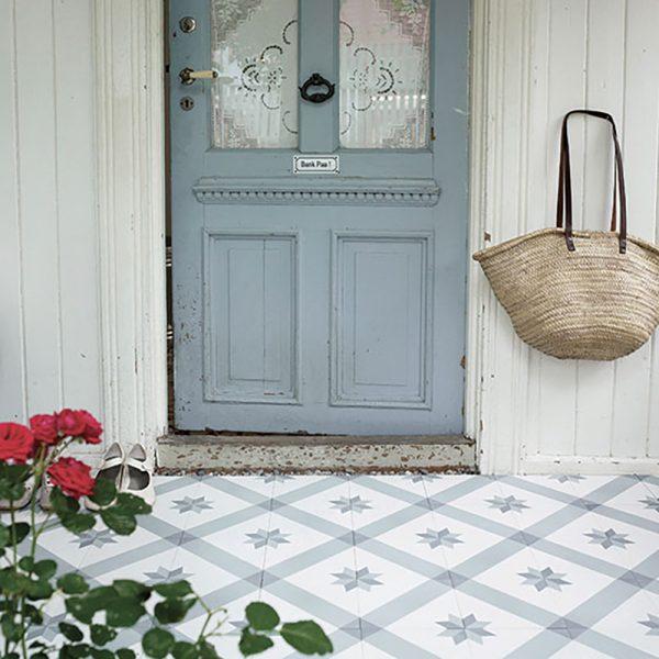 Smuk entre pyntet med en lys version af den historiske flise, som vi kalder Lille Norsk Stjerne