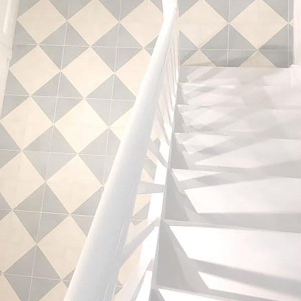 gang med trappe dekoreret med historiske fliser med marokkansk motiv