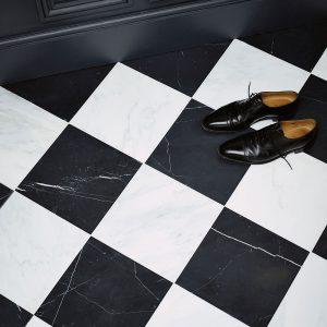 Skakternet marmorgul med hvidpoleret og sortpoleret fliser