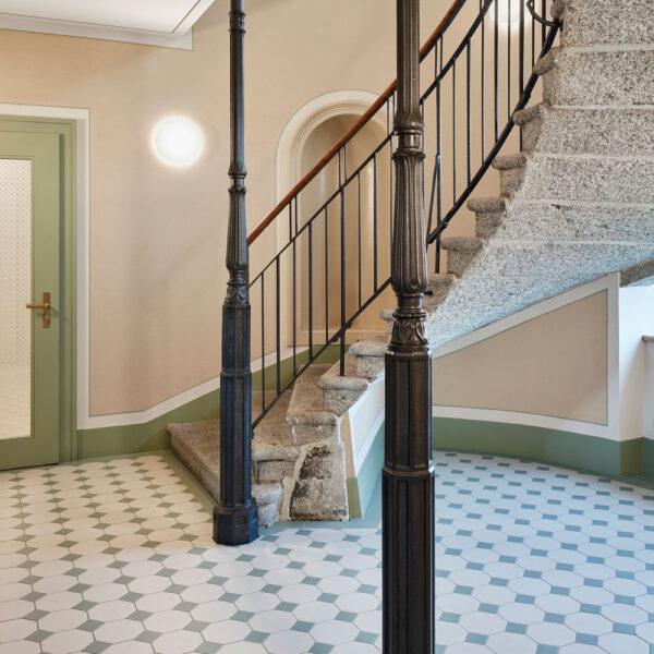 Hårdtbrændt keramisk flise i ottekant og med lille indlægger lagt i trappeopgang i farverne mint og hvid