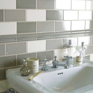 Retrofliser sammensat med forskellige farvetoner på badeværelsesvæg
