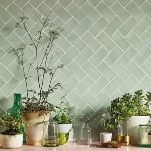 Grønne rustikke rektangulære fliser lagt i sildebensmønster