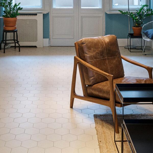 Hårdtbrændt keramisk flise i sekskant i cremefarve lagt i stue