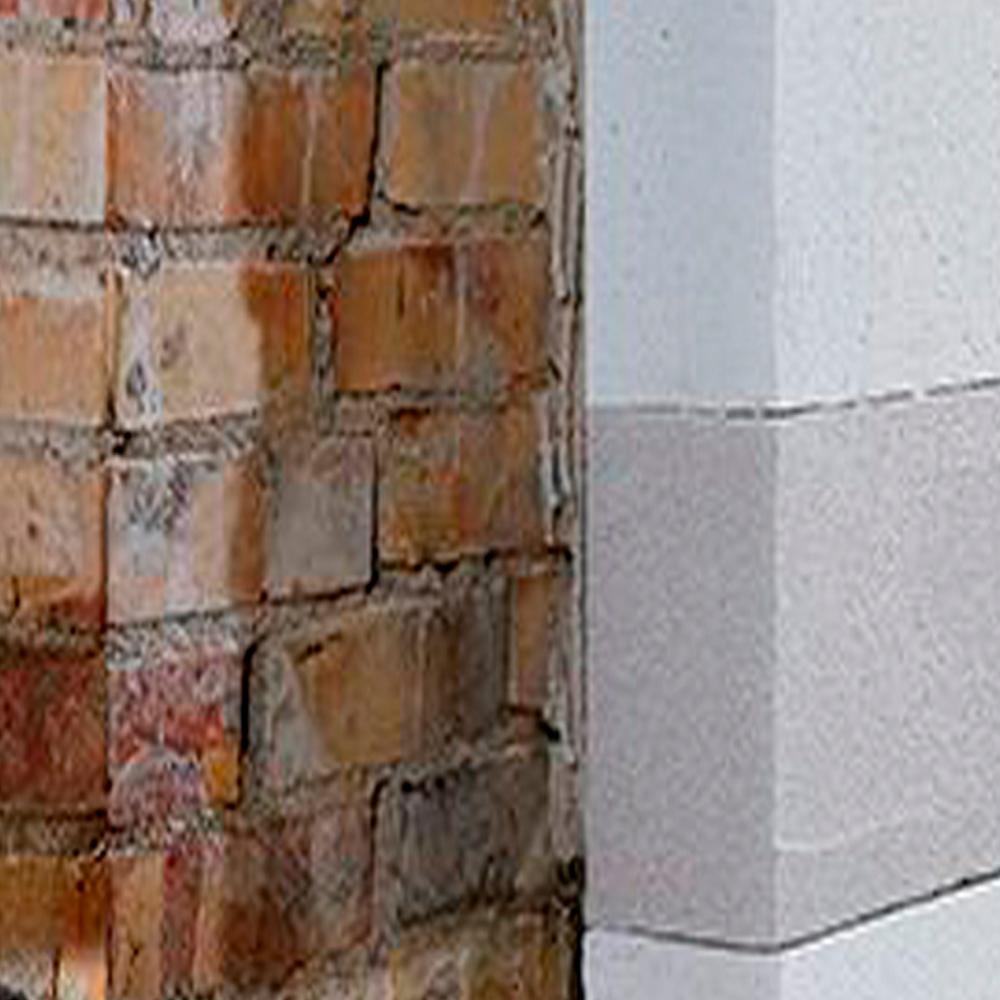 rød murstensvæg delvist beklædt med Isopore isoleringssystem
