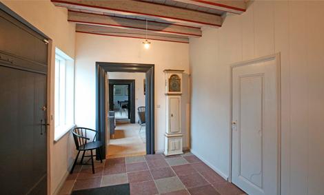 interiør med ølandsfliser og linoliemalede karme og døre