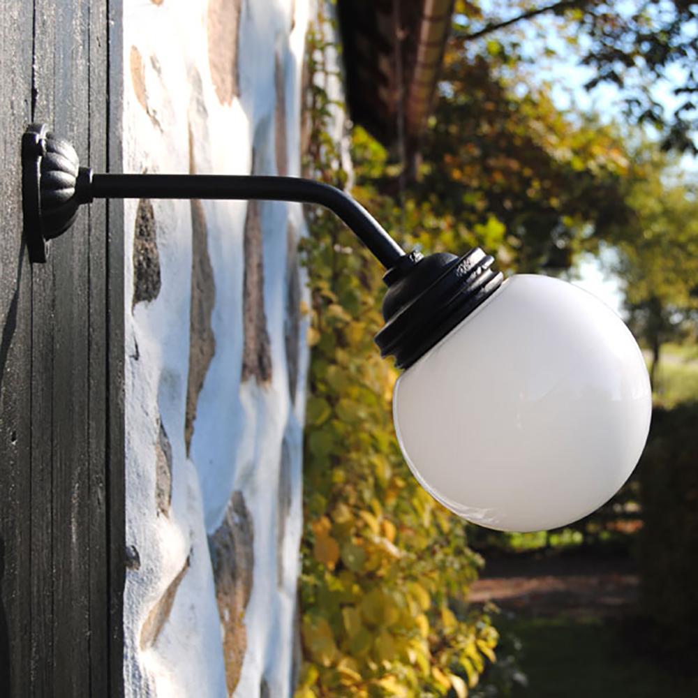 udendørslampe gårdlampe i støbejern med hvid porcelænkuppel