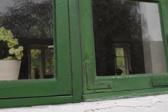 Grønt trævindue malet med linoliemaling