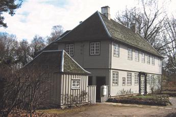 Træhus malet med hvid maling