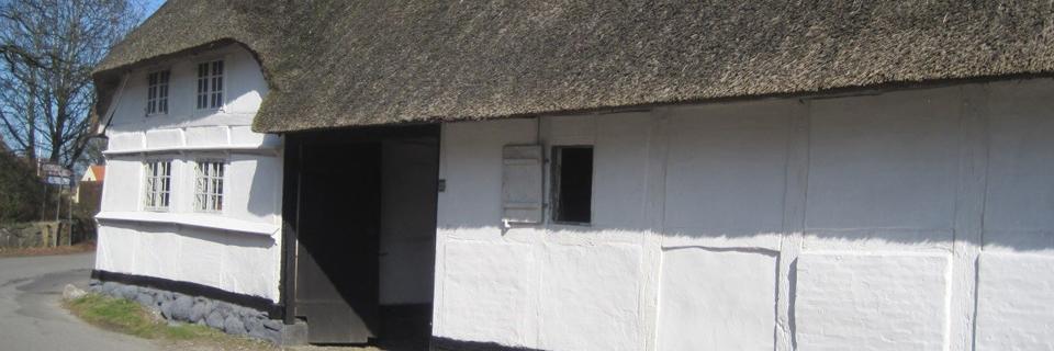 gammelt bindingsværkhus malet over stok og sten
